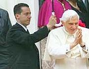 Il maggiordomo Paolo Gabriele con Papa Benedetto XVI (Ansa/Zennaro)