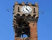 Il campanile danneggiato di Novi di Modena poi crollato domenica sera