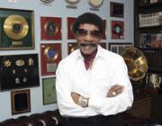 Herb Reed circondato dai ricordi della sua vita con i Platters.