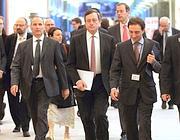 Al centro, il presidente della Bce Mario Draghi (Ansa)