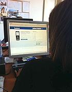 Utente davanti a Facebook