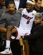 LeBron James dopo l'infortunio (Afp)