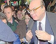 Bettino Craxi, storico segretario del Psi, già travolto da Tangentopoli, viene contestato mentre esce dall'Hotel Raphael di Roma: è il 17 dicembre del 1992.