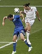 Carroll contende di testa la palla a Barzagli