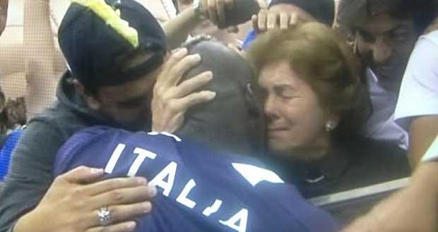 Lacrime di mamma: la signora Balotelli abbraccia il figlio Mario