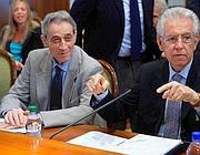 Il commissario per la spending review Enrico Bondi e il premier Mario Monti (LaPresse)