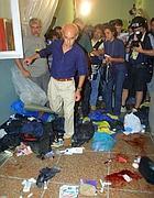Vittorio Agnoletto entra nella scuola dopo l'irruzione della polizia