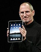 Il fondatore di Apple Steve Jobs durante la presentazione dell'Ipad (Afp)