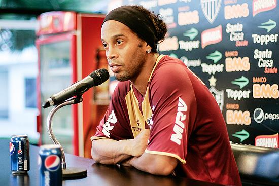 Ronaldinho con le lattine di Pepsi in bella vista