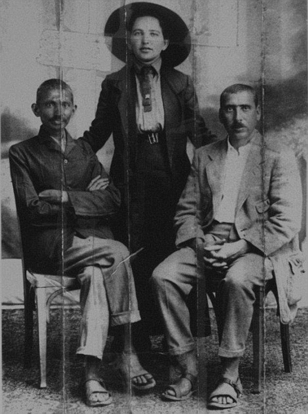 Il giovane Gandhi (a sinistra) e il suo presunto amante (a destra) in una foto d'archivio