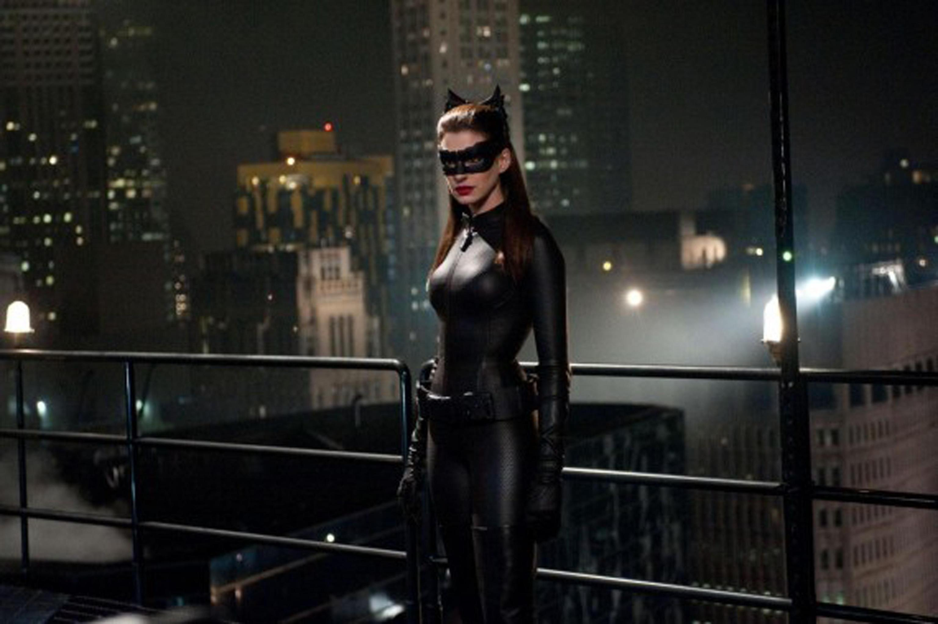 Anne Hathaway in una scena del nuovo film di Batman (Ansa)