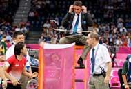 L'arbitro Berg tenta invano di ammonire le giocatrici (Ap)