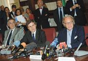 Durante una conferenza stampa, da sinistra, il ministro dei Beni culturali Lorenzo Ornaghi, il sindaco di Roma Gianni Alemanno e l'imprenditore Diego Della Valle illustrano il restauro del Colosseo (Benvegnù / Guaitoli / Cimaglia)