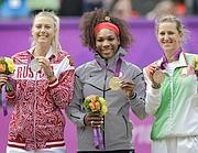 Il podio del singolare femminile. Al centro Serena Williams, a sinistra Maria Sharapova, a destra Viktoria Azarenka (Ap/Amendola
