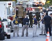 Uomini dell'Fbi sul luogo della strage a Oak Creek, Wisconsin