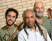 Gilberto Gil (al centro) con il figlio Bem e il violoncellista Jacques Morelenbaum, che ha lavorato molto con Caetano Veloso