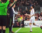 Entrar Maxi Lopez, sai Pato ferido após apenas 13 'no Camp Nou, em Barcelona 5 de abril de 2012.  A temporada do brasileiro fecha assim (AFP)