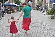 La strana «coppia», papà e figlio con la gonna