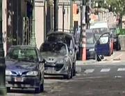 Il veicolo sospetto parcheggiato con lo sportello aperto nei pressi dell ambasciata americana a Bruxelles (Ansa)