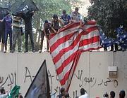 Il momento della «presa» della bandiera americana (Epa/Elfiqi)