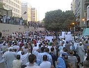 La folla intorno all'ambasciata americana al Cairo: diverse persone hanno scalato il muro (Reuters/Dalsh)