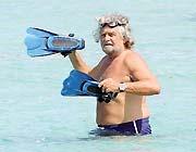 Beppe Grillo al mare in Sardegna lo scorso giugno (LaPresse)