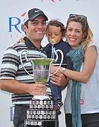 Su Style Golf:  Molinari con la moglie Valentina e il figlio Tommaso. In mano il trofeo dell'Open di Spagna (Jo Hanley)