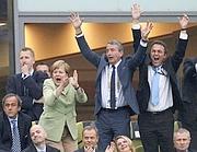 Il cancelliere tedesco Angela Merkel esulta insieme al presidente della Fedecalcio tedesca Wolfgang Niersbach e al ministro dell'Interno Hans-Peter Friedrich durante Germania-Grecia di Euro 2012 (Reuters/Andrews)