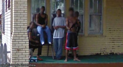 Sulla destra il ragazzo con la pistola dietro la schiena: poco dopo seguirà con l'arma il percorso della  macchina di Google (Google Street View)