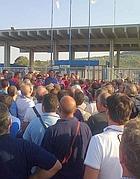Un'assemblea ai cancelli dello stabilimento Fiat di Termini Imerese
