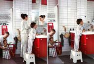 A sinistra il bagno Ikea nella versione ufficiale, a destra la foto 'epurata'