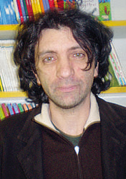 Antonio Pascale, nato a Napoli nel 1966, è cresciuto a Caserta e nel 1989 si è trasferito a Roma, dove ha lavorato al ministero delle Politiche agricole: giornalista e scrittore, collabora con il «Corriere della Sera»