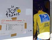 Armstrong, in maglia gialla, a un controllo  antidoping durante il Tour 2003 (Ansa/Thissen)