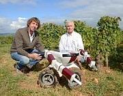 Gli inventori del robot vendemmiatore assieme alla loro creatura