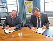Salmond e Cameron  alla firma (Epa/Terris)