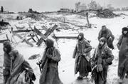 Nell'immagine: un gruppo di prigionieri tedeschi catturati dai sovietici nella battaglia di Stalingrado (foto Ap)