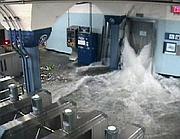 Metropolitana newyorkese invasa dall'acqua