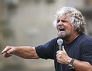Beppe Grillo durante un comizio in Sicilia  (Reuters/Massimo Barbanera)