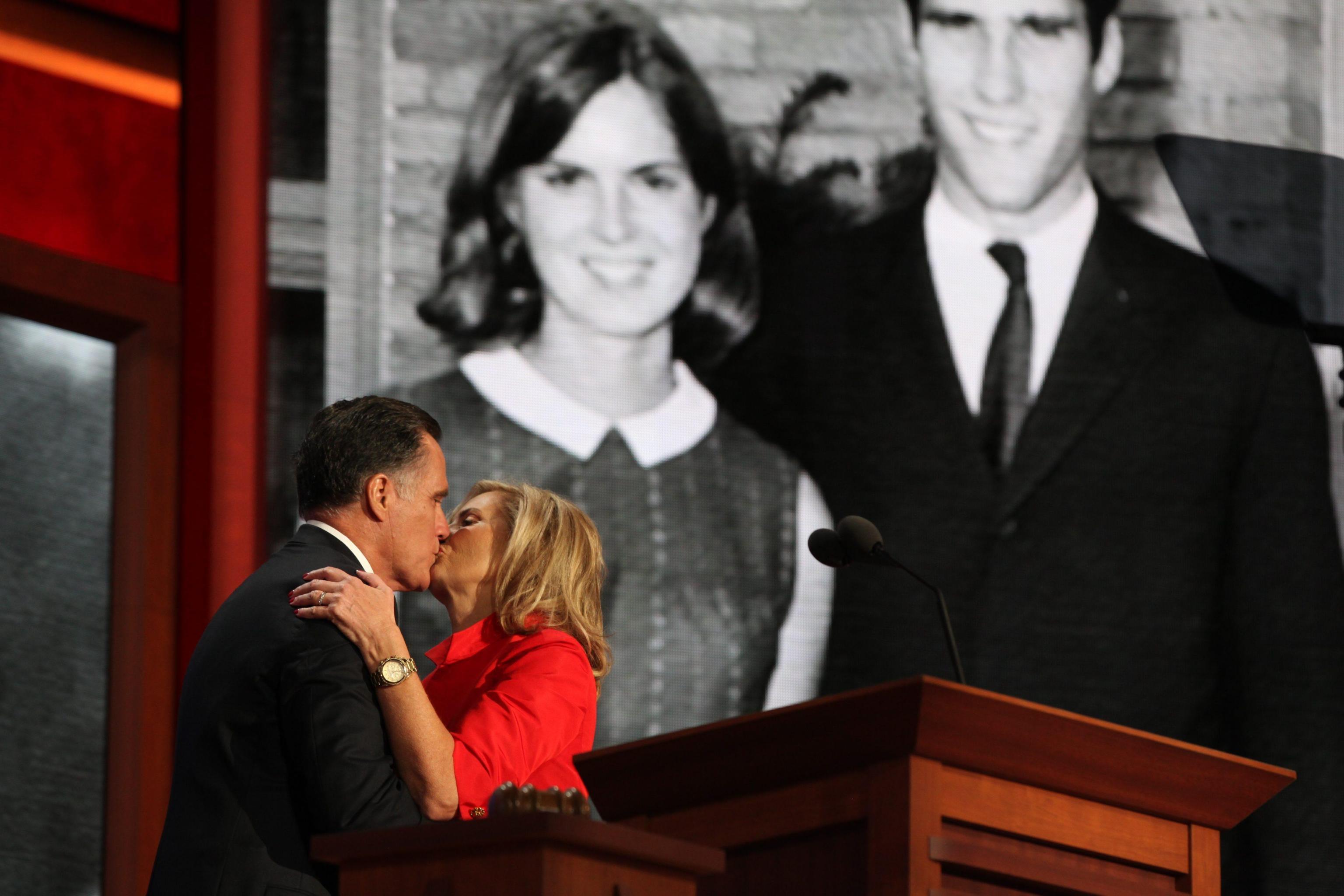 Mitt Romney con la moglie durante la convention repubblicana dello scorso agosto a Tampa, Florida (Ansa/Jim Lo Scalzo)