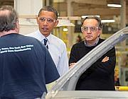 Sergio Marchionne con Barack Obama il 30 luglio 2010 nella fabbrica della Chrysler (Ansa/Joe Wilssens)