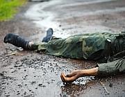 Il corpo di un soldato dell'esercito congolese sulla strada tra Goma e Kibati (Afp)