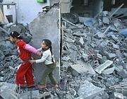 Due bambine palestinesi sui resti dei bombardamenti a Gaza (Reuters)