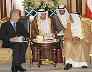 Monti parla con l'emiro del Kuwait Sheikh Sabah Al Ahmad (Ap/Kuna, Amiri Diwan)