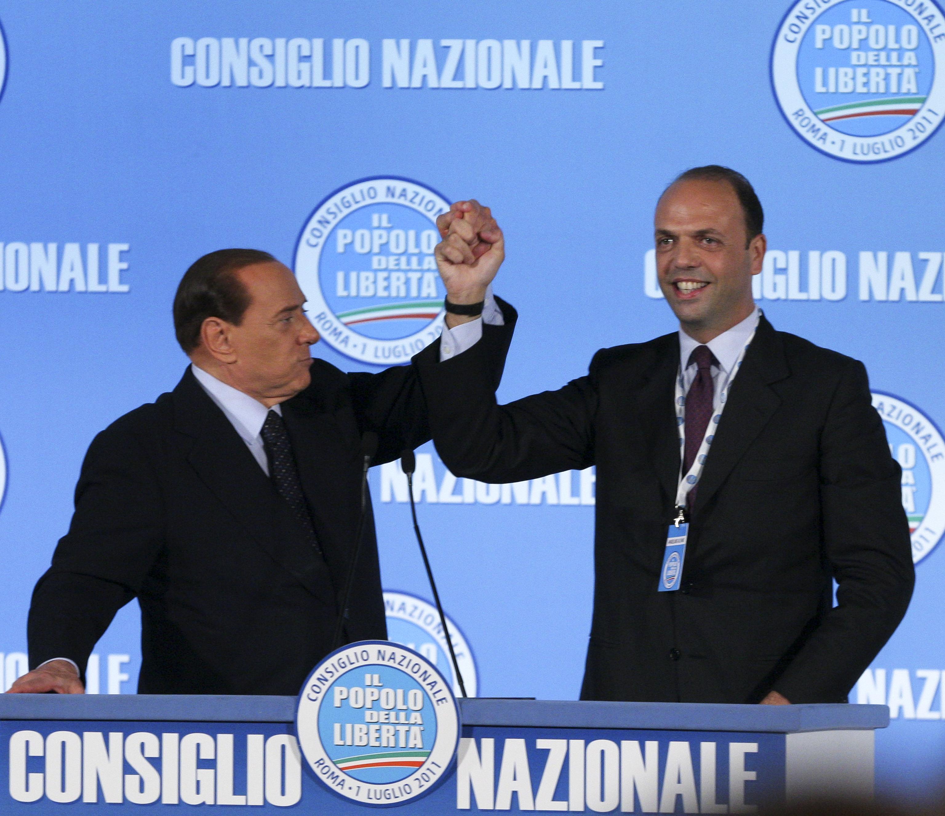 Silvio Berlusconi sceglie il suo erede Angelino Alfano, designandolo segretario del Pdl il primo luglio 2011 (Ansa/Peri)