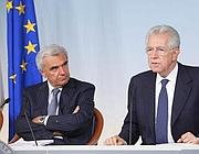 Monti con il ministro della Sanità Balduzzi (Ansa)