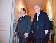 Il presidente francese Hollande con Mario Monti in un vertice alla prefettura di Lione (Reuters)