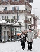 Corso Italia sotto la neve a Cortina d'Ampezzo (Ansa)