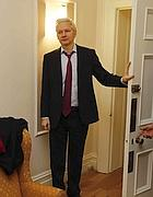 Julian Assange nell'ambasciata ecuadoriana a Londra (LaPresse)