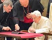 Il Papa scrive il suo primo tweet con il tablet