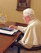 Papa Benedetto XVI al tavolo di lavoro